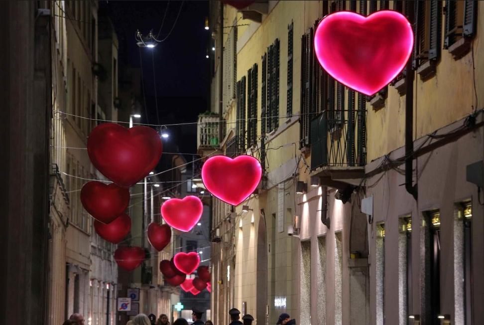Milano si veste d 39 amore pioggia di cuori in via della for San valentino 2017 milano