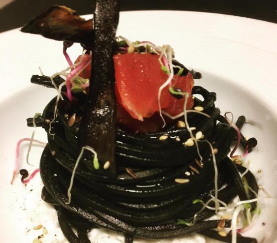 Spaghetti integrali con melanzane al nero e cevice di tonno agli agrumi